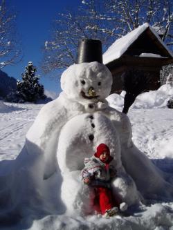 Winter Schneemann bauen Schnee Skifahren in nahen Skigebieten Schlittenfahren